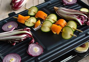 Raclette di Verdure Profumate con Tomini al Miele, Insalatine Gourmandes e Cetrioli Agrodolci