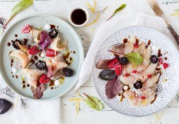 Crudo di ricciola ai frutti rossi, erbe e Aceto Balsamico di Modena IGP