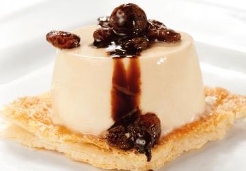 Mousse al caramello su biscotto di pasta sable al cioccolato con uvetta macerata e salsa di Aceto Balsamico di Modena IGP