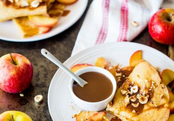 Crêpes au caramel au Vinaigre Balsamique de Modène IGP, pommes fondantes et noisettes
