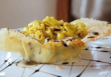 """Tortellini  di """"Nonna Sarita"""" crema e cialda di Parmigiano Reggiano DOP 24 mesi con Aceto Balsamico di Modena IGP"""