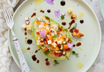 Avocado ripieno di frutta e verdura con gocce di Aceto Balsamico di Modena IGP