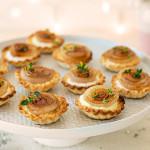 Mini-Tarte mit Ziegenkäse und karamellisierten Zwiebeln