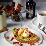 Tartine breakfast avocat-œuf-bacon caramélisé au vinaigre balsamique