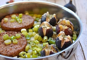 Bistecche di soya su letto di cipollotti con fichi gratinati al Parmigiano Reggiano DOP e Aceto Balsamico di Modena IGP
