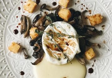 Tomino (fromage italien), champignons et frites de polenta au Vinaigre Balsamique de Modène IGP
