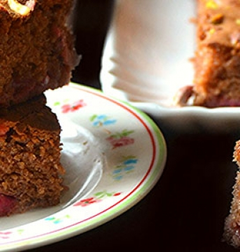 Brownies de chocolate, pistachos y fresas aromatizados con Vinagre Balsámico de Módena IGP