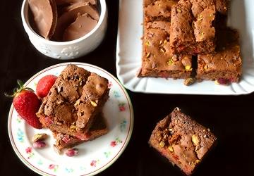 Brownies al cioccolato, pistacchio e fragole profumati all'Aceto Balsamico di Modena IGP