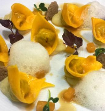 Ravioli di anatra e Aceto Balsamico di Modena IGP, aria al ginger, crema di patate