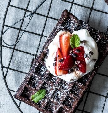 Brownie-Waffeln mit Balsamico-Erdbeeren