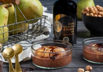 Pere al moscato e Aceto Balsamico Di Modena IGP con crumble di nocciole e salsa al cioccolato
