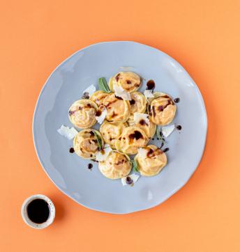 Cappelletti de calabaza, Parmigiano Reggiano y Vinagre Balsámico de Módena con mantequilla y salvia