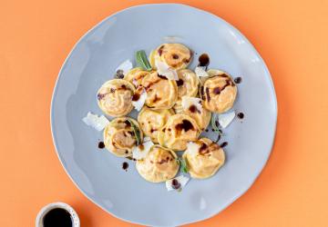 Cappelletti di zucca, Parmigiano Reggiano e Aceto Balsamico di Modena con burro e salvia