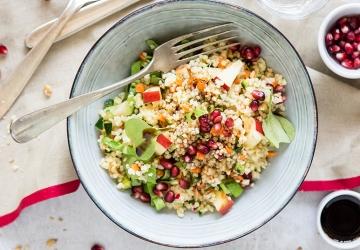 Couscous-Salat mit Gemüse, Granatapfel und Walnuss