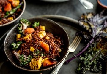 Gebratener roter Reis mit Karotten, Mais und Kohl