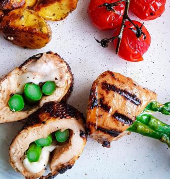 Modenese-Maishähnchenbrust vom Grill mit grünem Spargel