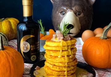 Pancakes alla zucca e Parmigiano Reggiano con crumble di guanciale e zabaione all'Aceto Balsamico di Modena IGP