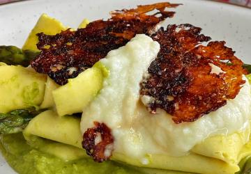Lasagne con crema di asparagi, fonduta di pecorino, cialda di Aceto Balsamico di Modena IGP