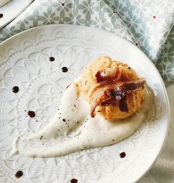 Uovo in doppia cottura su fonduta di pecorino e bacon croccante