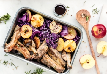 Pork chops with apple, red cabbage and Balsamic Vinegar of Modena PGI