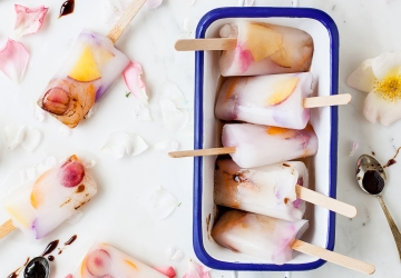 Ghiaccioli alla mandorla, frutta e petali di rosa all'Aceto Balsamico di Modena IGP
