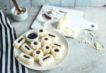 Weiße Kokosnuss-Schokoladen-Pralinen mit einem Herz aus Balsamessig aus Modena (Aceto Balsamico di Modena g.g.A.)