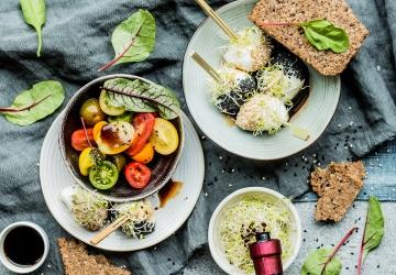 Mozzarelline farcite all'Aceto Balsamico di Modena IGP, germogli e semi di sesamo