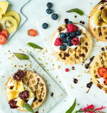 Waffel con chantilly alla vaniglia, frutta fresca e Aceto Balsamico di Modena IGP
