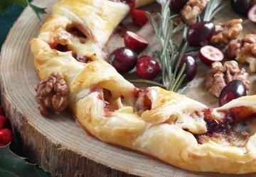 Camembert-Blätterteig-Kranz mit Cranberry-Soße mit Aceto Balsamico di Modena g.g.A. und knackigen Walnüssen