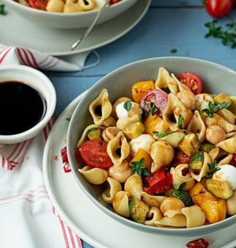 Nudelsalat mit Grillgemüse und Mozzarella
