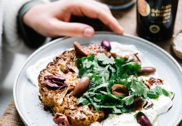 Tranches de chou-fleur rôties, marinade au Vinaigre Balsamique de Modène IGP Invecchiato, labné express et zaatar