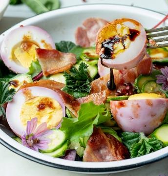 Kopf- und Zucchini-Salat mit marinierten Eiern und Aceto Balsamico di Modena g.g.A.