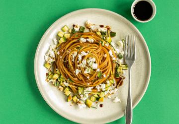 Spaghettini con zucchine, menta, limone e feta caramellati all'Aceto Balsamico di Modena IGP