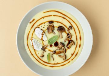 Vellutata di patate al latte, salvia e Aceto Balsamico di Modena IGP, quenelle di capra e funghi pioppini