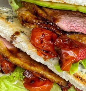 Club sandwich con petto d'anatra glassato all'Aceto Balsamico di Modena IGP, con avocado e pomodorini infornati