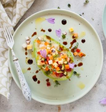 Avocat farci de fruits et légumes avec des gouttes de Vinaigre Balsamique de Modène IGP