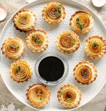 Tartellette con ricotta di capra e cipolle borettane caramellate