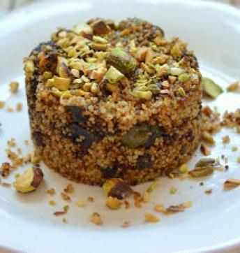 Cous cous con vongole, olive verdi e capperi al forno con cipolla confit e concassée di pistacchi