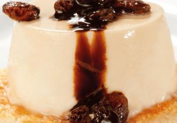 Mousse au caramel sur biscuit de pâte sablée au chocolat avec raisins secs macérés et sauce de Vinaigre Balsamique de Modène (Aceto Balsamico di Modena IGP)