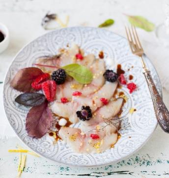 Crudo de pez limón con frutos rojos, hierbas y Vinagre Balsámico de Módena IGP